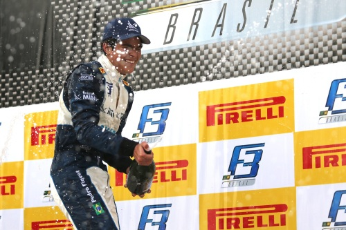 Pero Piquet comemora a vitória em Tarumã (Foto: Bruno Terena / Vicar)