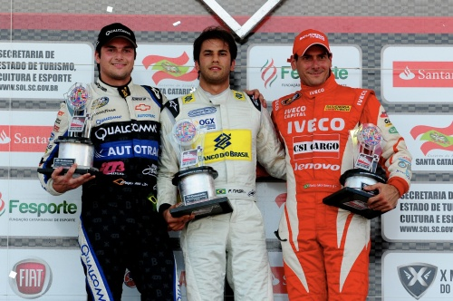 Piquet sobe no pódio na segunda bateria, junto com Felipe Nars e Beto Monteiro (Foto: Duda Bairros)