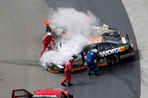 Bombeiros apagam o fogo no carro do Nelsinho Piquet (Copyright: CIA Stock Photography)